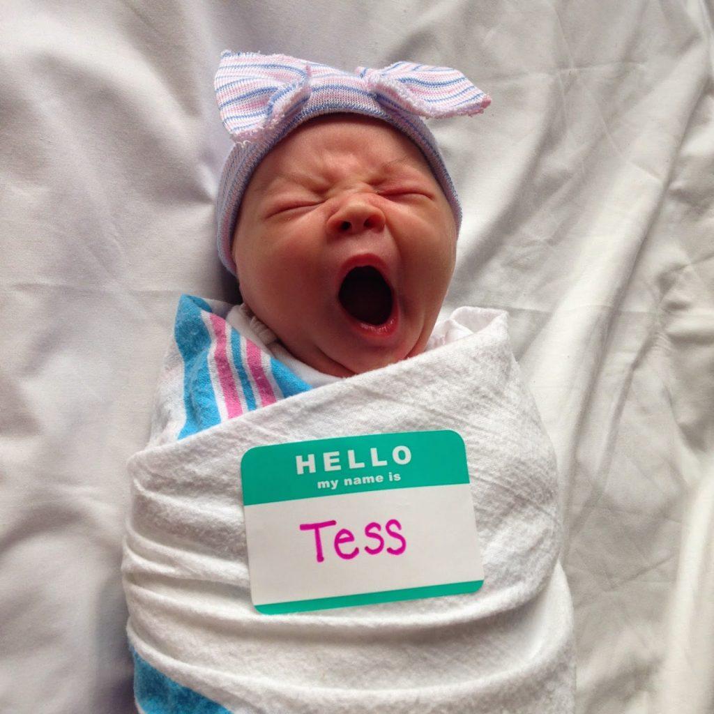 новорождённый зевает