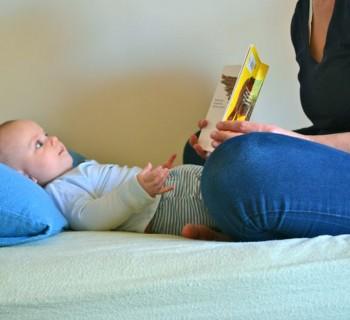 Мама читает малышу