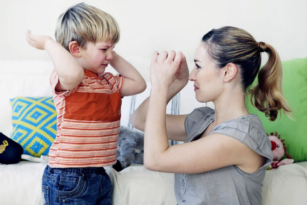 Что делать, если ребёнок обзывается и замахивается на родителей?
