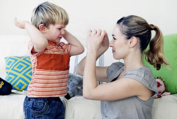 Ребенок замахивается на родителей