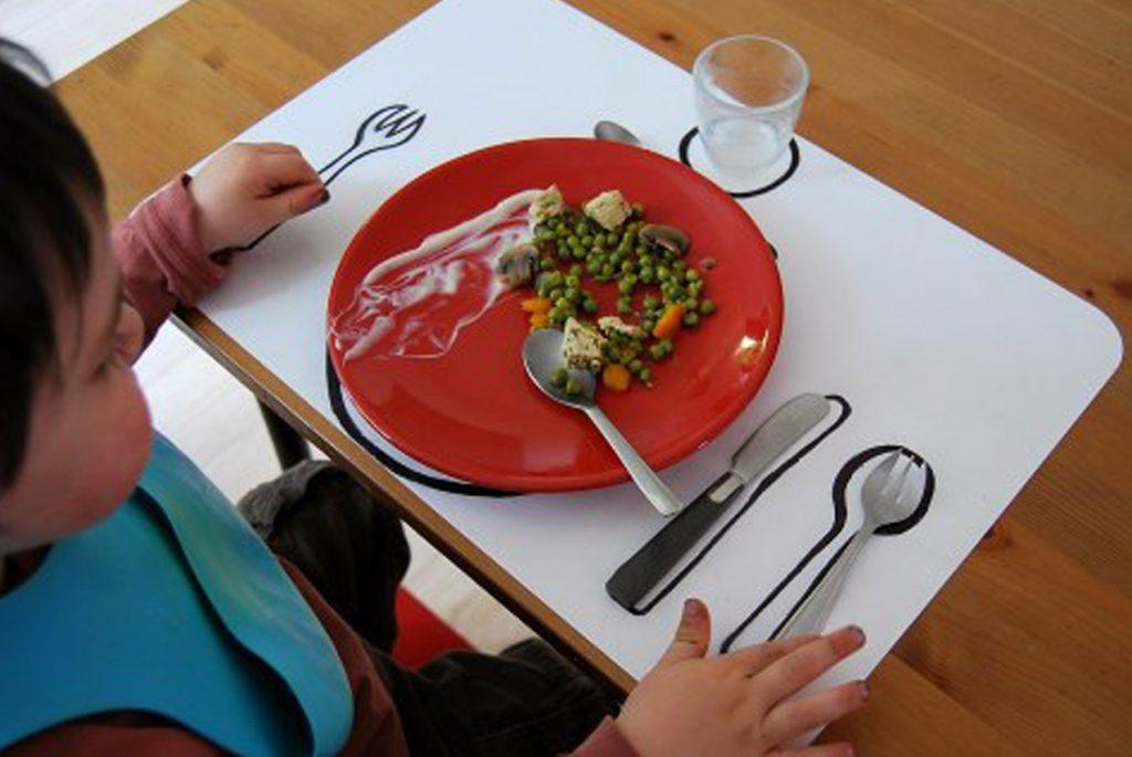 Как научить ребёнка-левшу сервировать стол