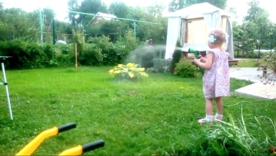 поливаем лужайку