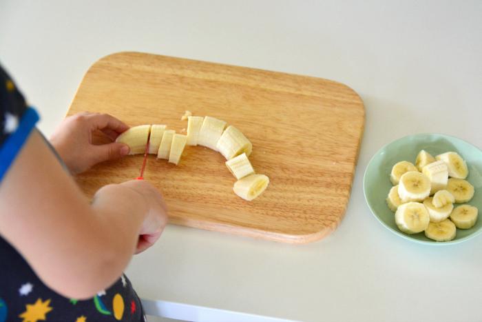ребёнок режет фрукты