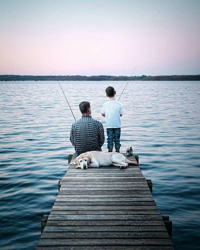 папа с сыном рыбачат