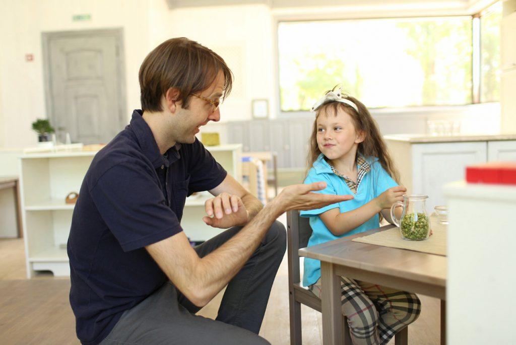 Давать ли малышу до трёх лет играть с крупами?