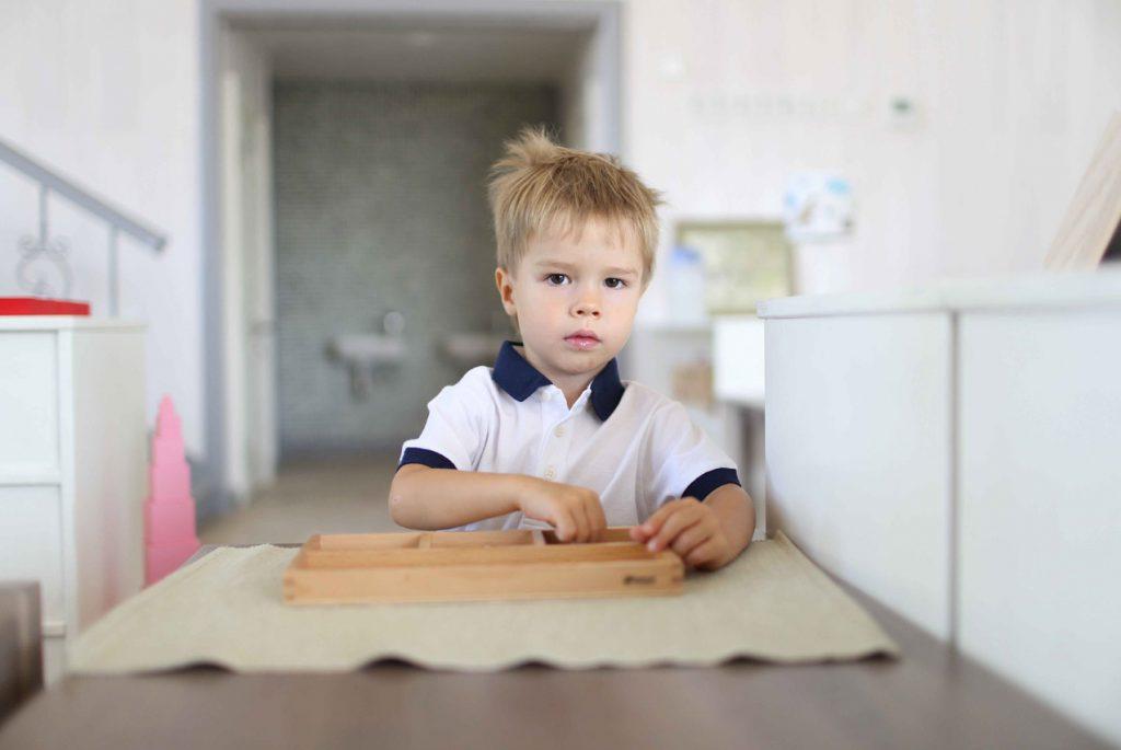 Malchik-i-Montessori-material