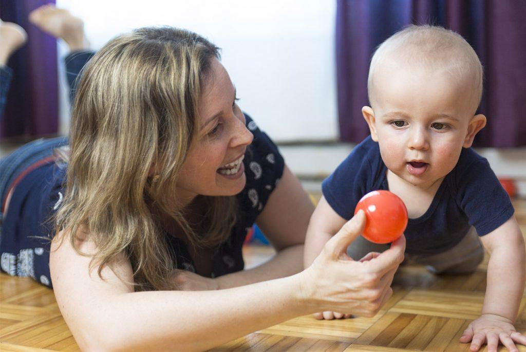 Почему годовалый ребёнок занимается только при маме?