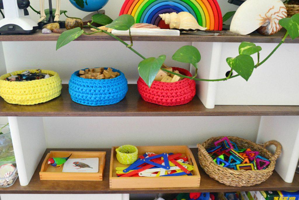 Монтессори дома: почему стеллажи для хранения игрушек лучше, чем коробки