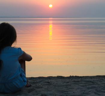 Девочка на берегу