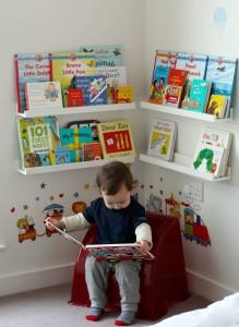 Низкая полочка с книжками для ребенка