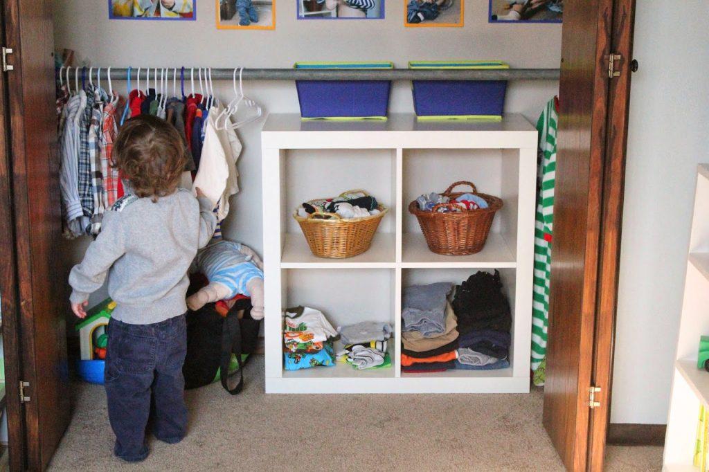 Шкаф по росту ребенка, из которого малыш сам может брать одежду