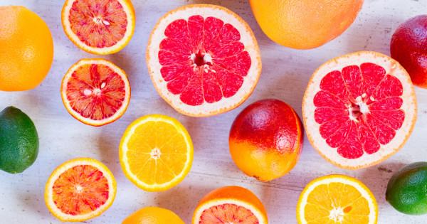 целый и разрезанный фрукт