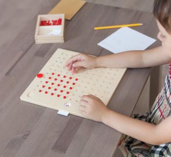 Девочка занимается математикой в Монтессори-классе