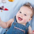 Маленькая девочка смотрит на подвесной мобиль