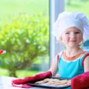 Маленькая девочка печет печенье