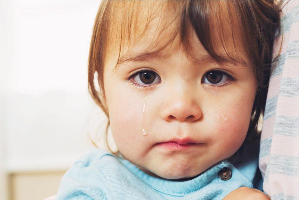 Почему ребёнок боится чужих людей?