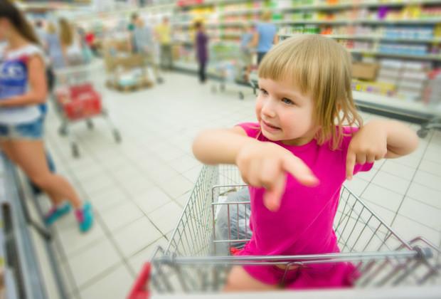 Ребёнок в магазине требует ему что-нибудь купить