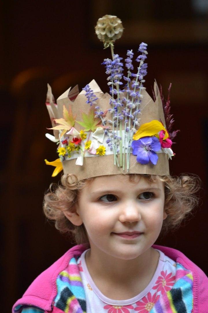 Корона из листьев и растений у ребенка на голове