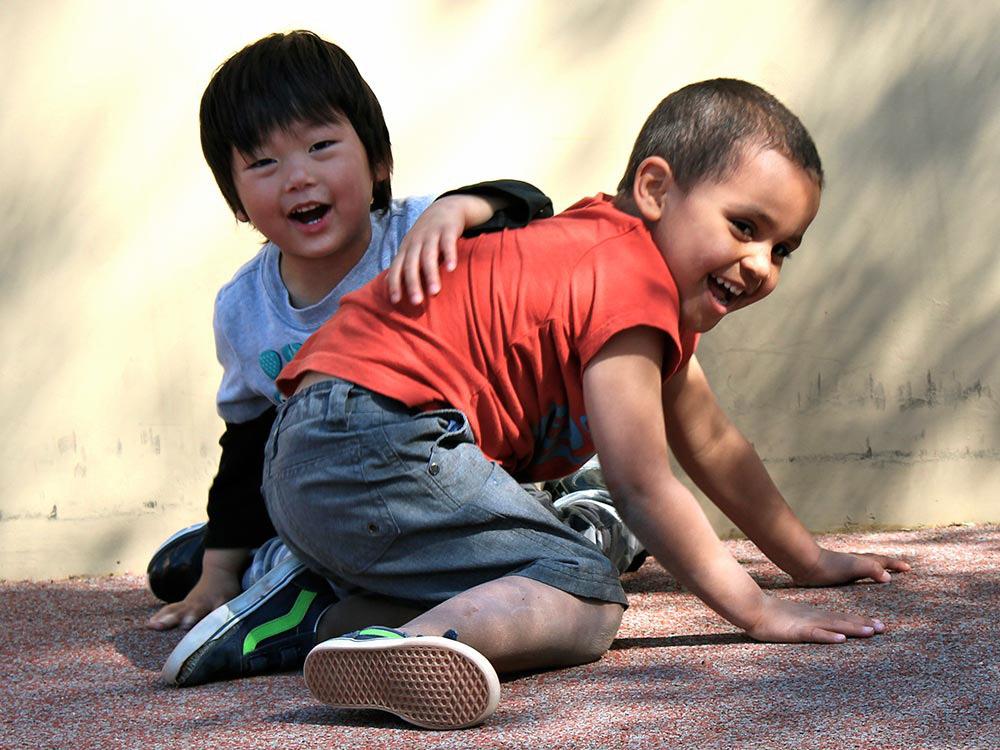 Два счастливых ребенка смеются и играют