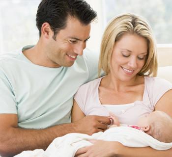 Родители любуются своим маленьким ребенком