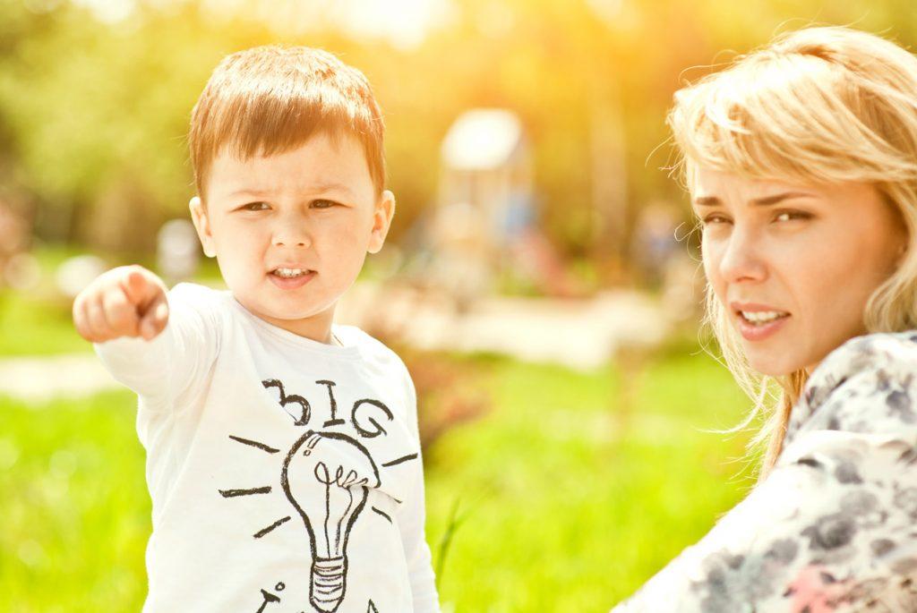 Что делать, если ребёнок повторяет за другими?