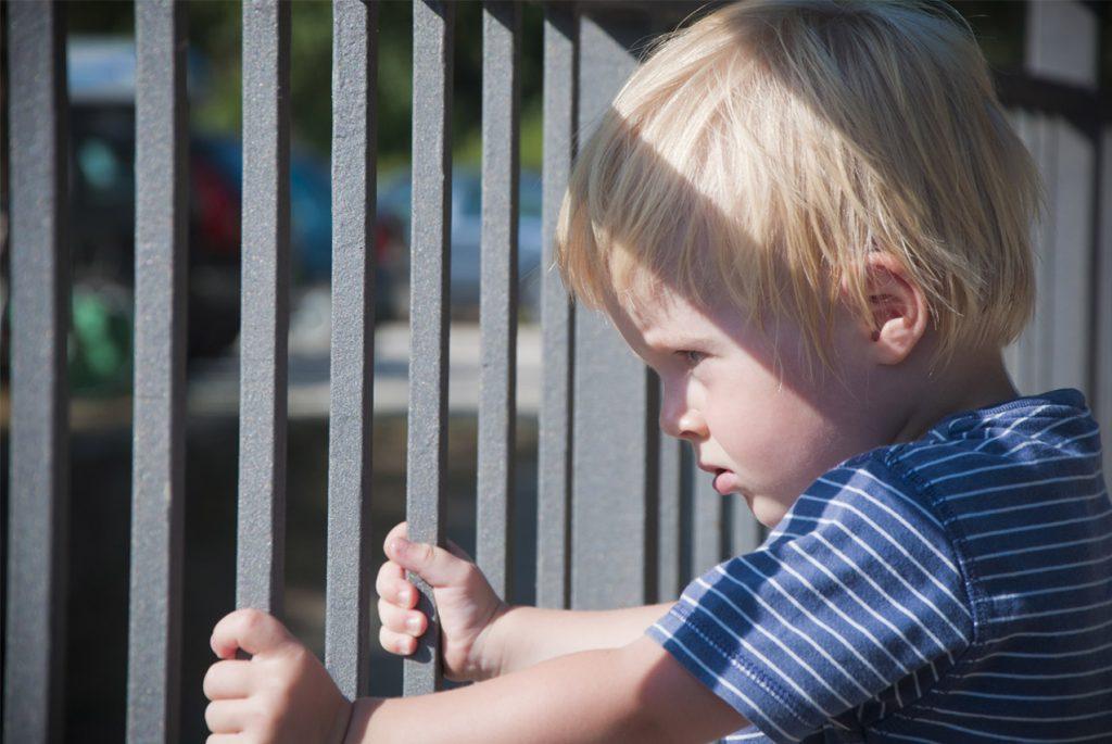 В тюрьме безопасности: как беспокойство родителей сковывает детей