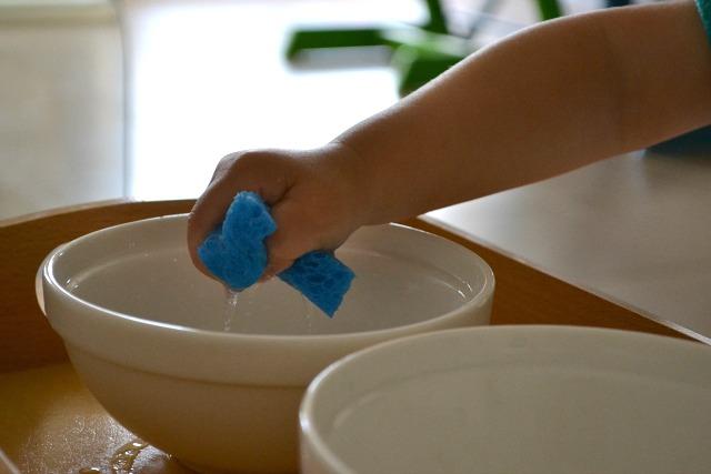 переливание воды с помощью губки