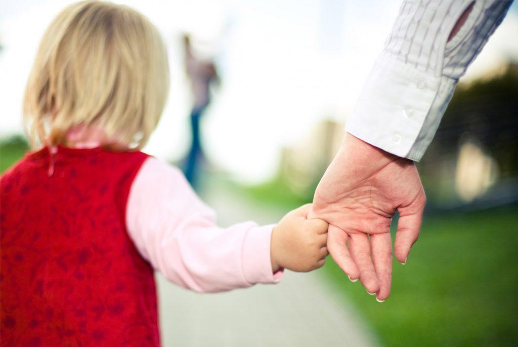 Почему ребёнок не опасается окружающих?
