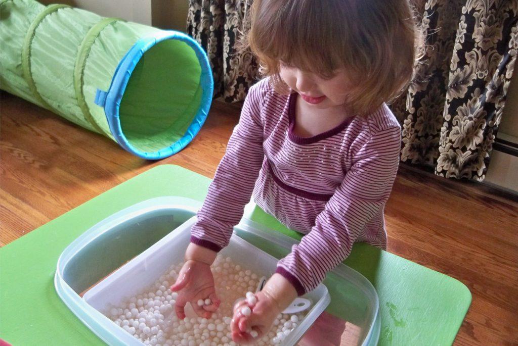 Раннее детство без телевизора: сенсорный стол как спасение