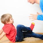 Почему ребёнок дерётся и обзывается