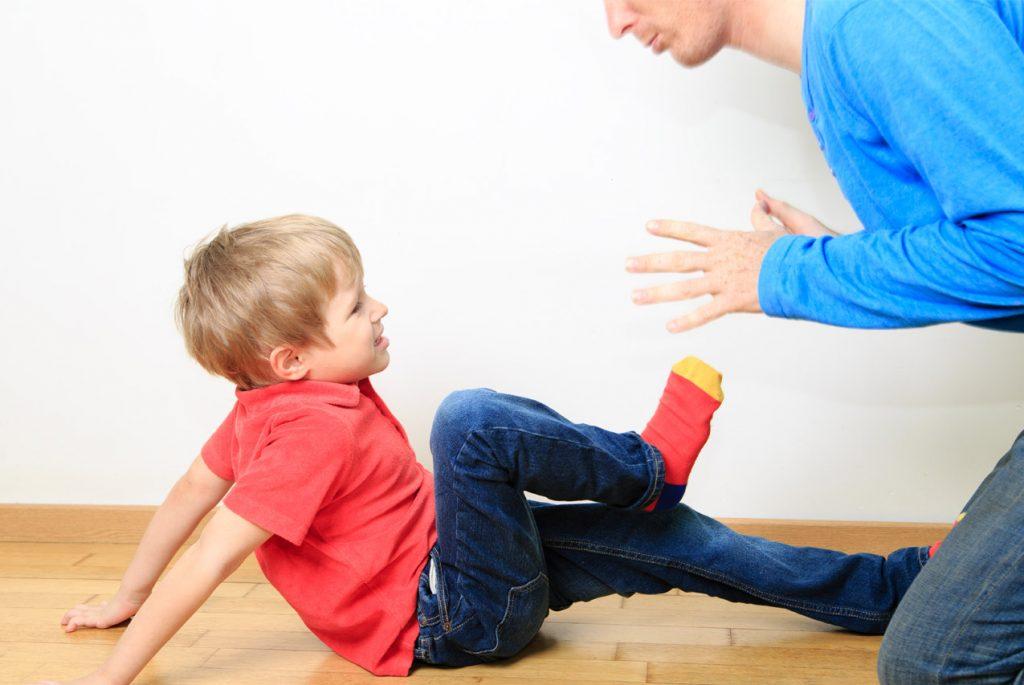 Почему ребёнок дерётся и обзывается?