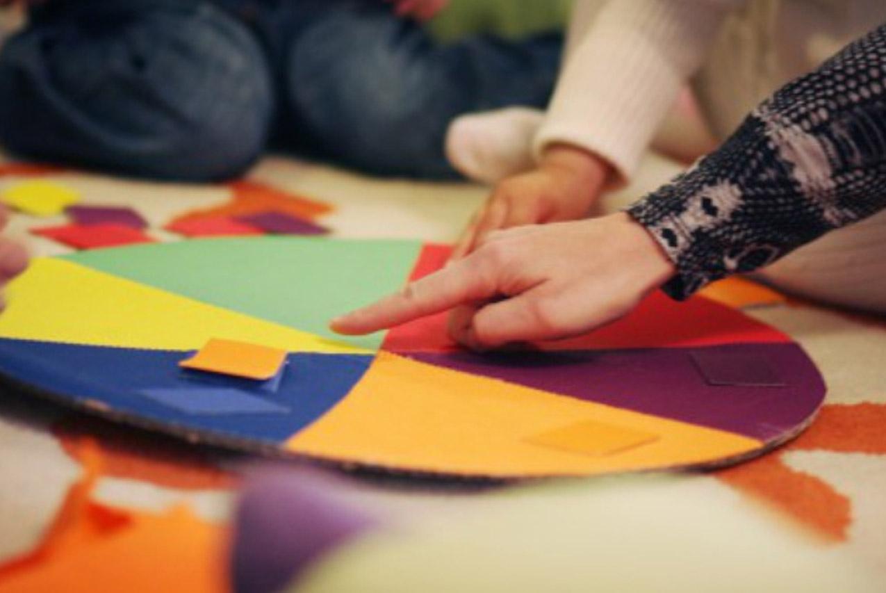 Монтессори дома: цветовой круг