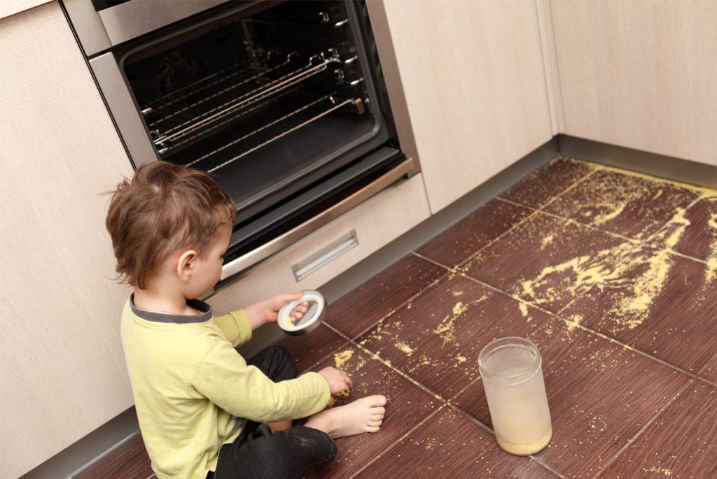 Что говорить ребёнку, если он что-то просыпал или пролил
