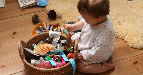 сенсорные коробки и корзины с сокровищами для детей