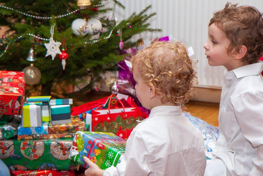 Как дарить подарки малышам