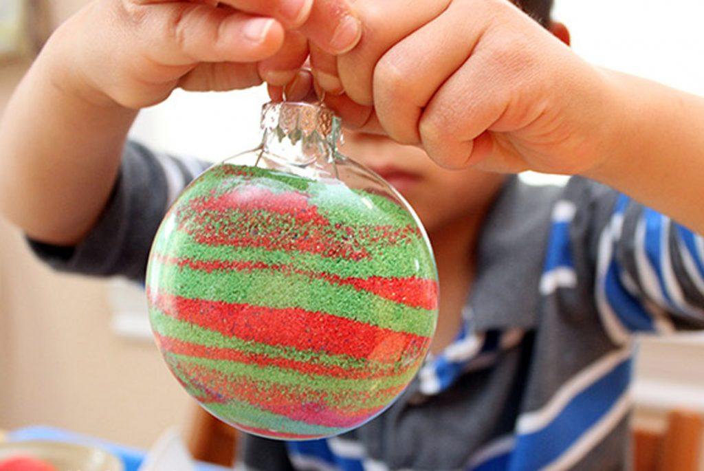 Как сделать с детьми новогоднюю игрушку с песком?