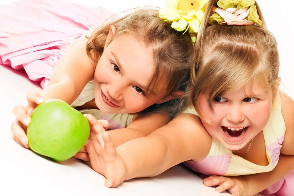 Что делать, если дети вместе балуются за едой?