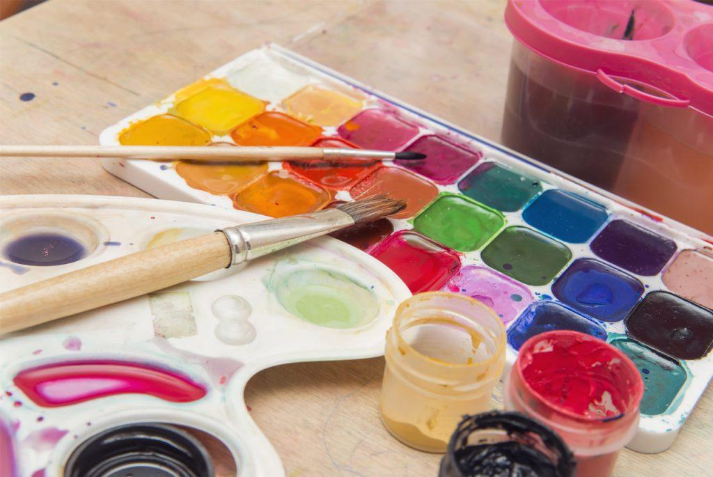 Что делать, если малыш ест краски?