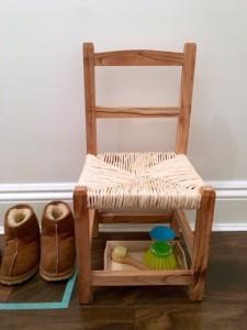 детский стул в прихожей