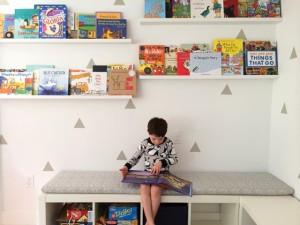 место для книг в детской комнате