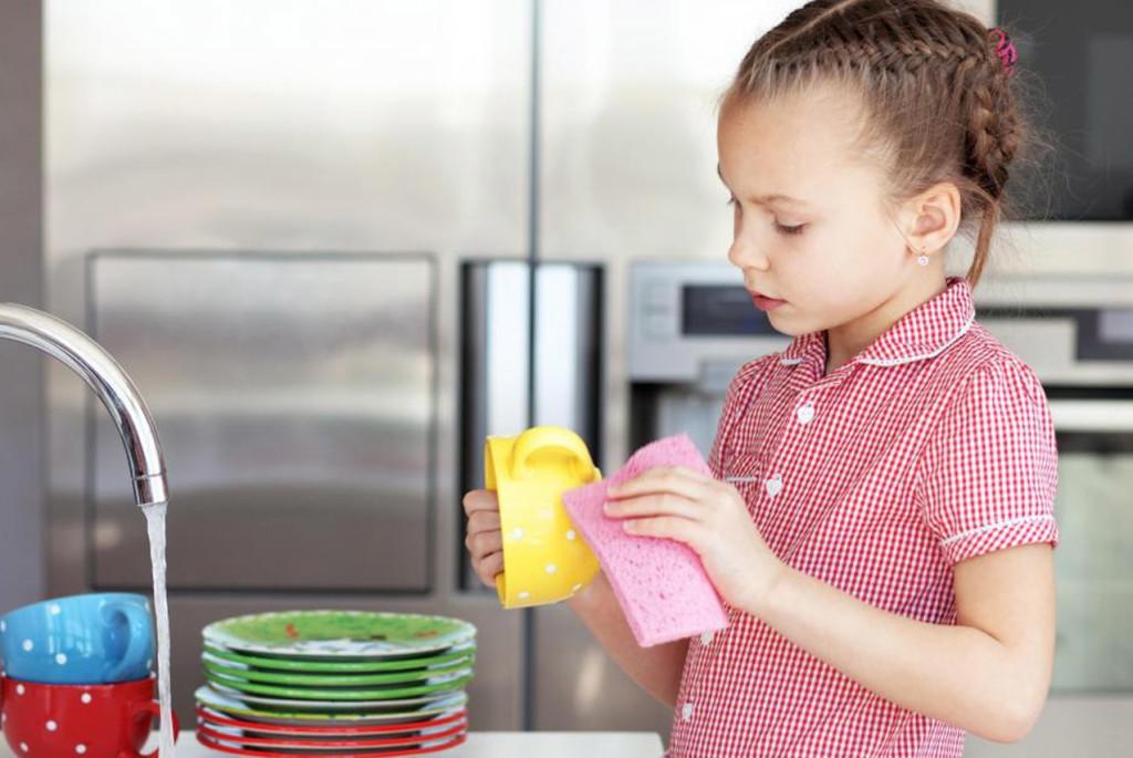 Как побудить ребёнка помогать по дому: 4 совета