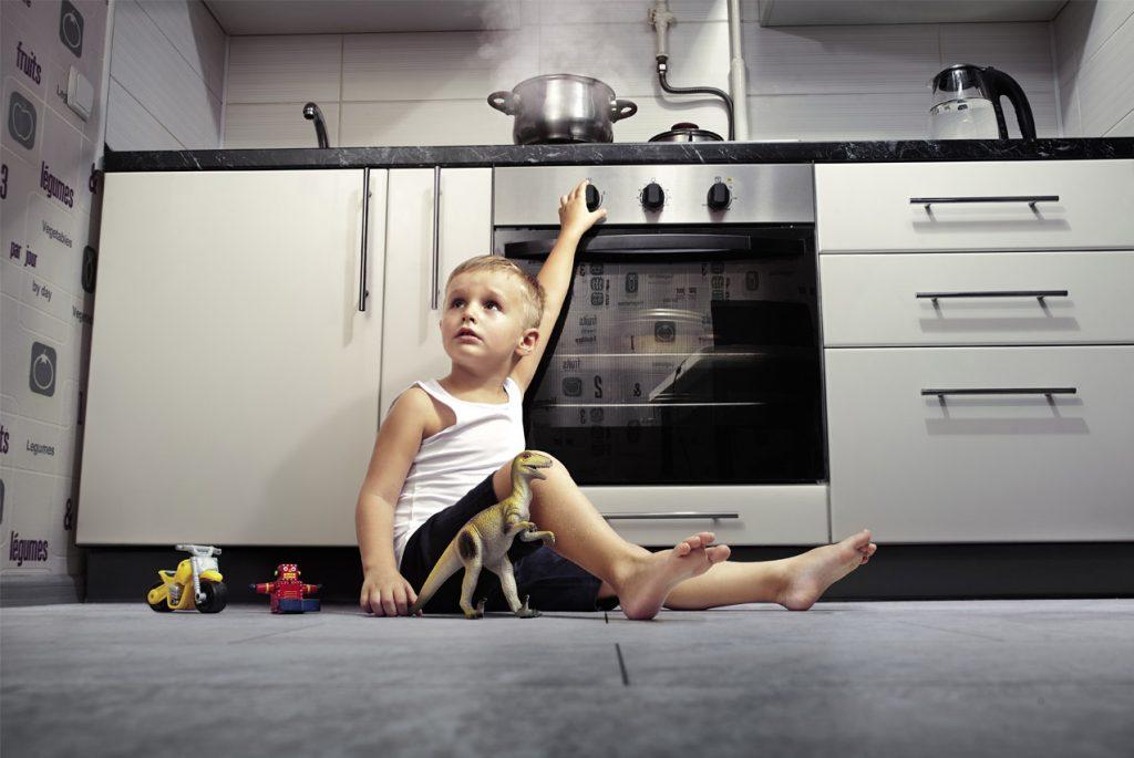 Безопасность ребёнка дома: электричество и правила пожарной безопасности