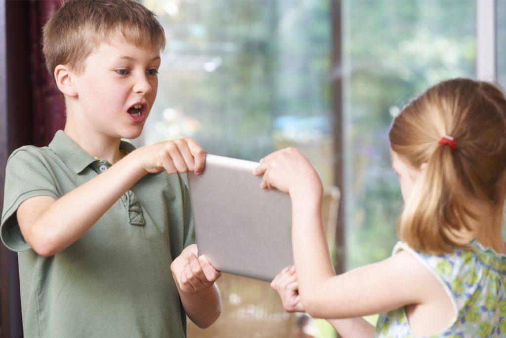 Старший ребёнок обижает младшего – что делать