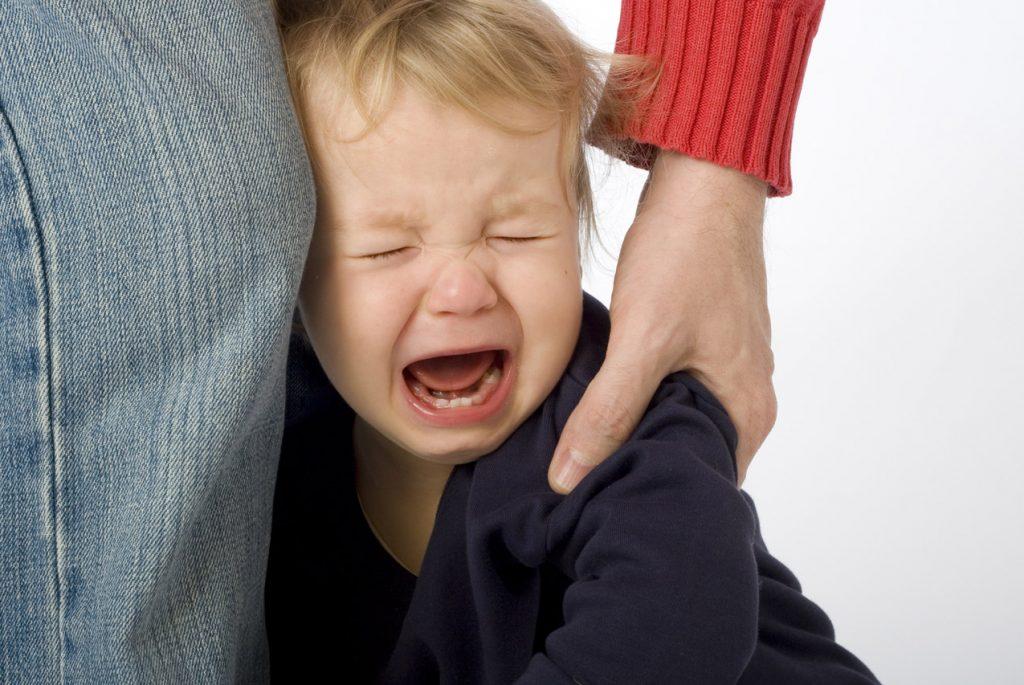 Что делать, если ребёнок плачет при расставании с родителем?