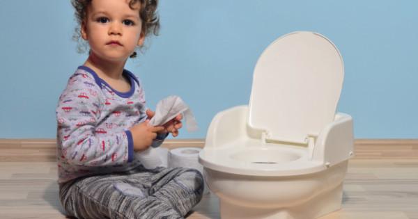 Rebenok-i-tualet-620x420