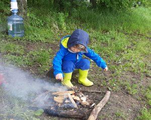 Ребёнок в походе на природе