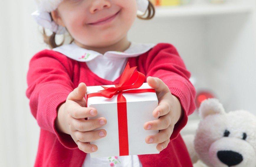 научить ребёнка выбирать и дарить подарки