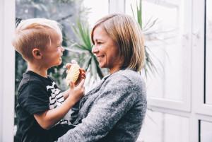 как правильно общаться с маленькими детьми