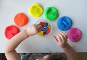 упражнения с пластилином для изучения цветов с ребёнком