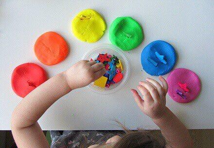 упражнения с пластилином для изучения цветов